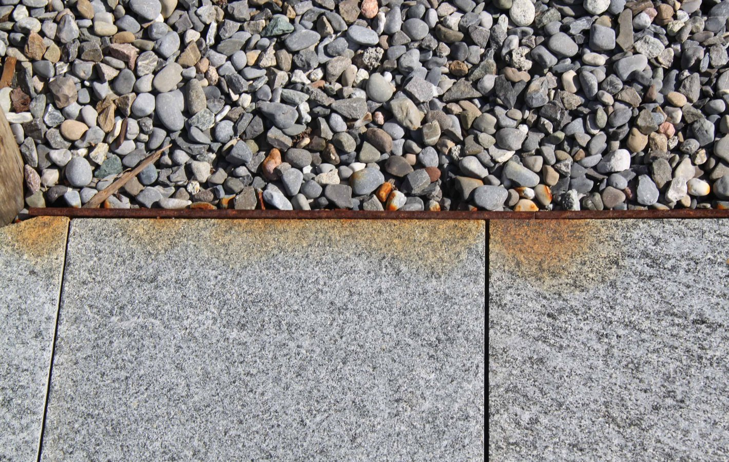 Steinplatten gerostet - Probleme im Gartenbau